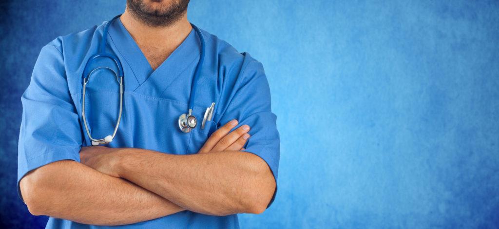 Имплантологи и хирурги носят синюю или зеленую форму