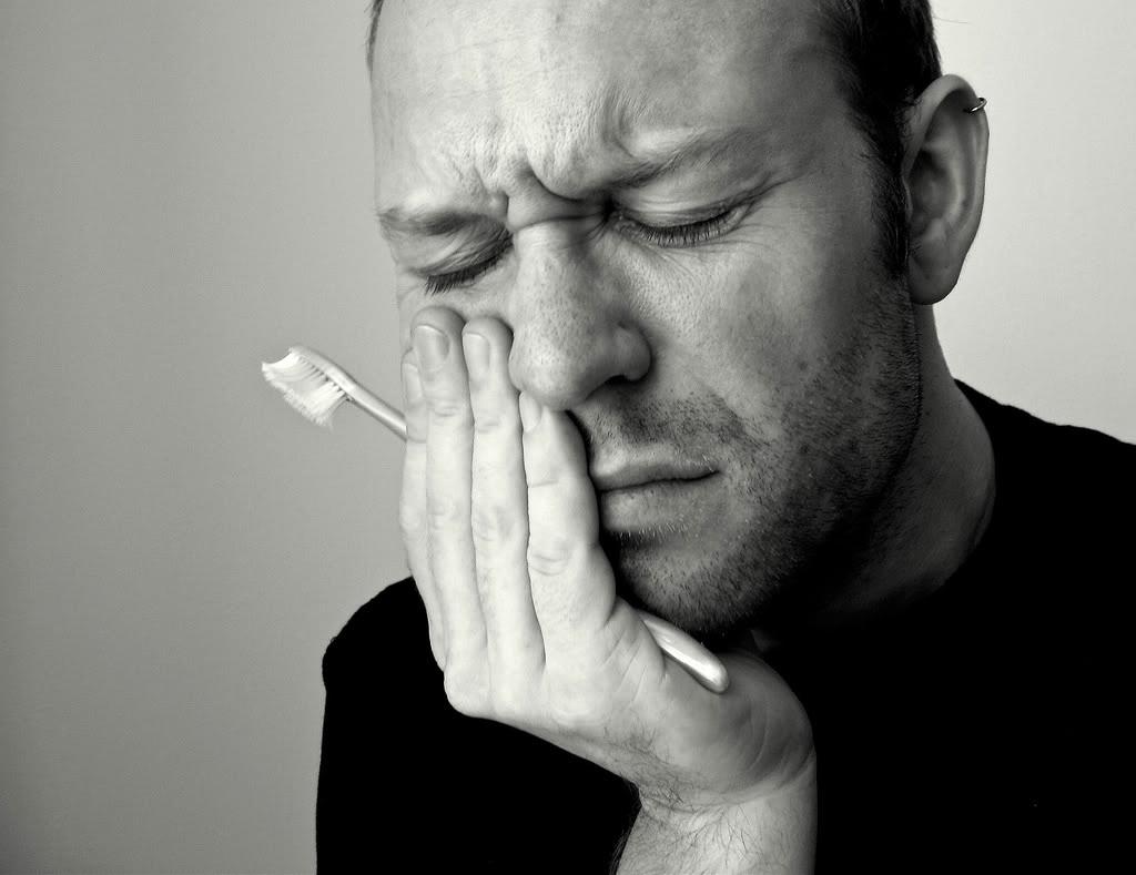 При появлении дискомфорта в зубе и слабой боли необходимо оперативно обратиться к стоматологу